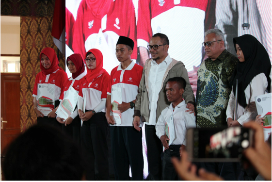 Ministry of Manpower Hanif Dhakiri giving certificates to SINERGI inclusive training graduates. (Photo: SINERGI)